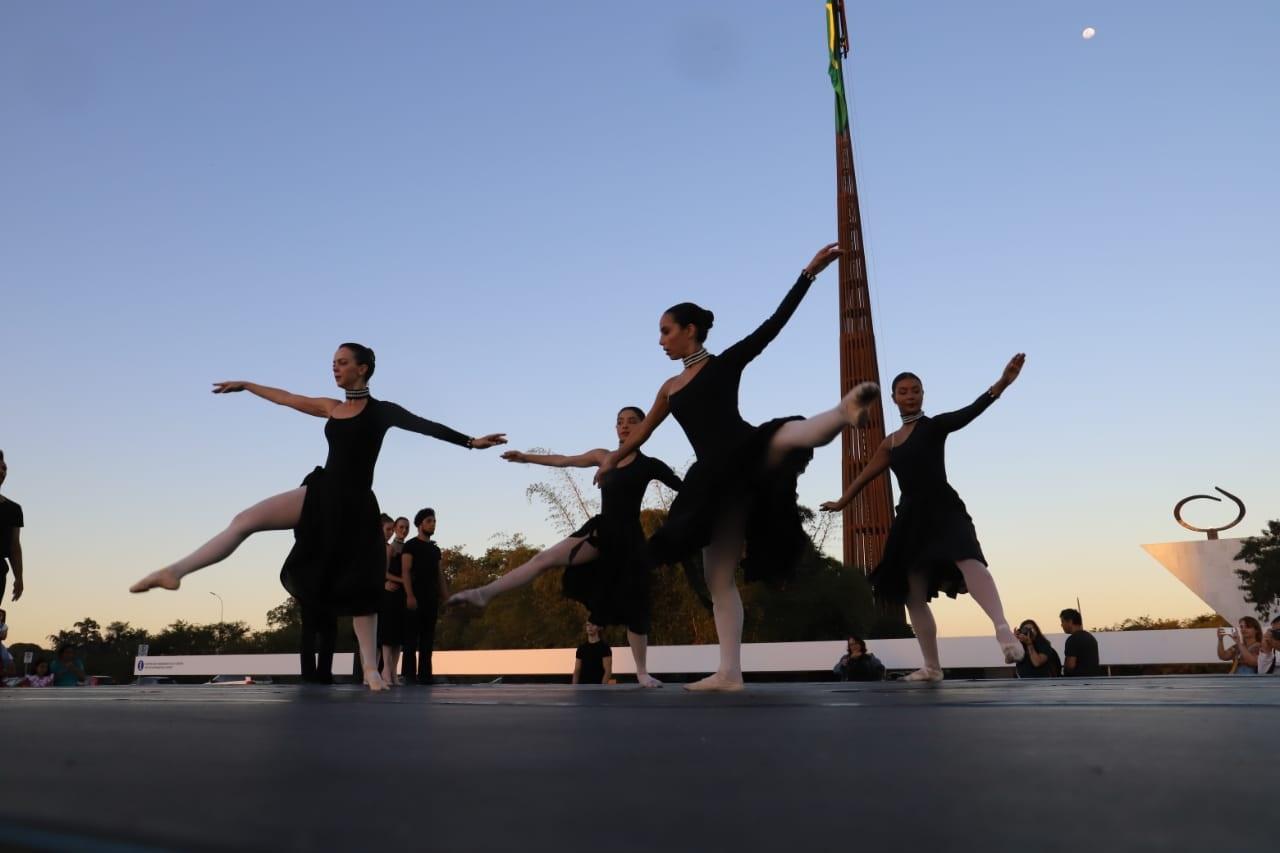 Resultado de imagem para Dança e pôr do sol no centro do poder
